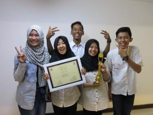 Kegembiraan Menerima Piala Film Fiksi Pelajar Terbaik 3